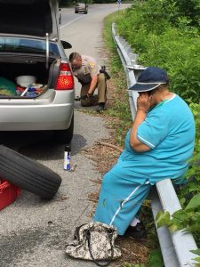 GOOD NEWS: Trooper Changes Tire for Elderly Woman in La Plata